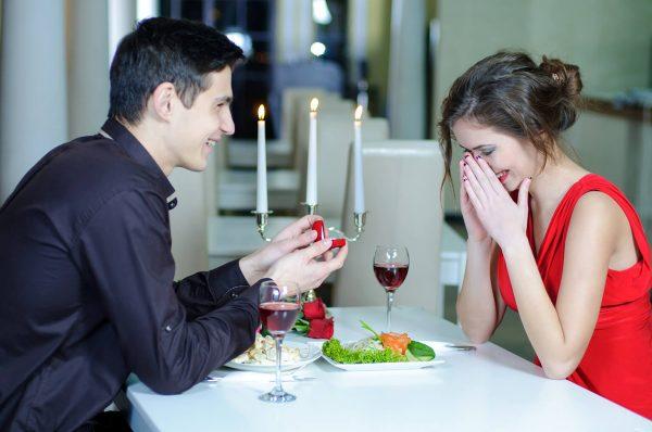 Restaurante de cenas para pedir matrimonio, sorprende a su pareja con un anillo de compromiso y proponle matrimonio en mitad de cena
