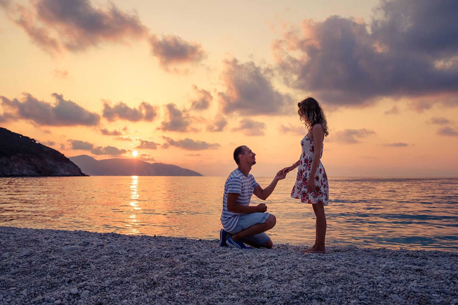 proposición de matrimonio en la playa, justo al atardecer.
