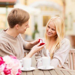Desayunos con Sorpresa, hombre sorprende a su pareja con un anillo de compromiso