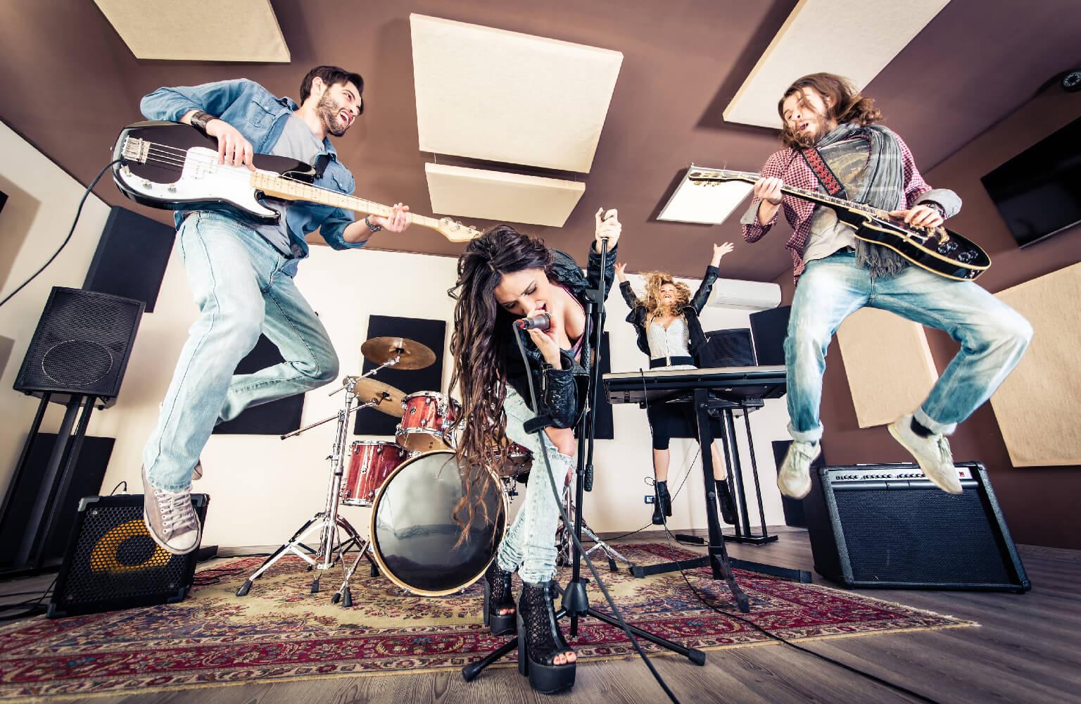 Banda de rock tocando hard rock en el estudio apunto de sorprender a una chica con una de las formas más originales de pedir matrimonio.