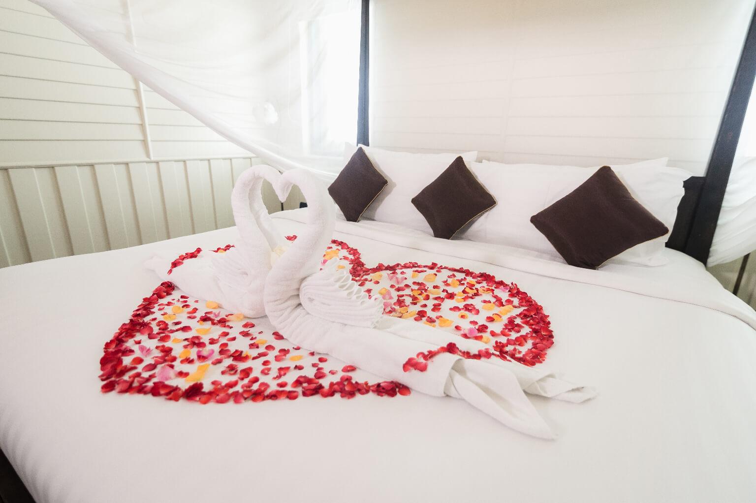 Cisnes hechos con toallas sobre una cama de lujo, esperan sorprender a una chica, con una de las formas más originales de pedir matrimonio.