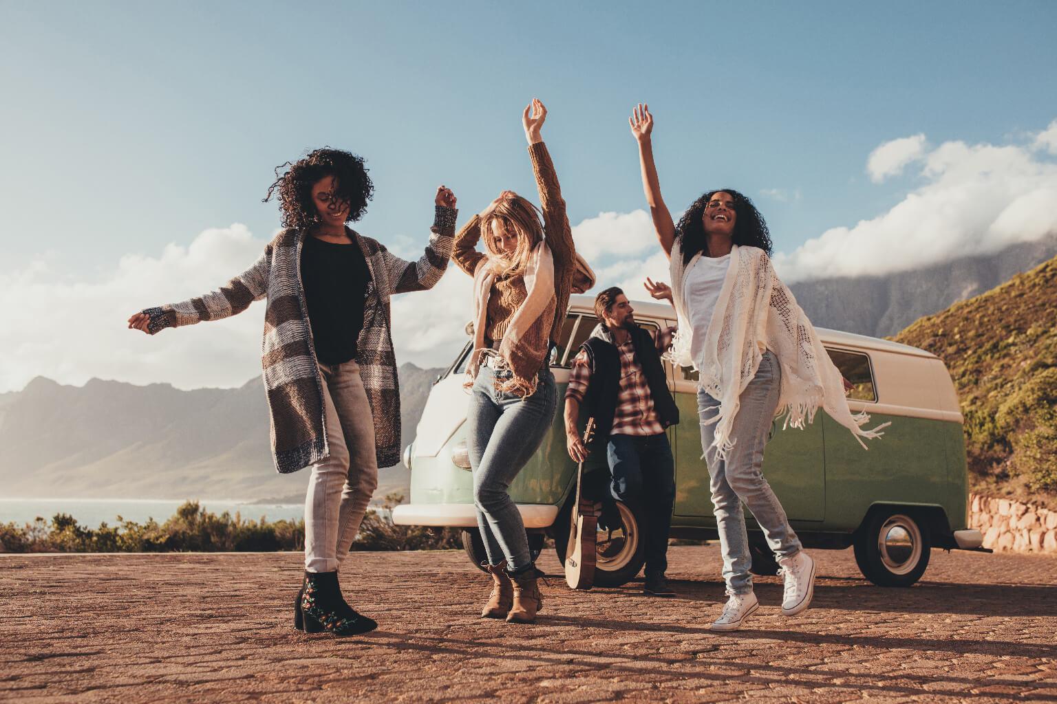 Amigas bailando al aire libre en roadtrip(femenino).