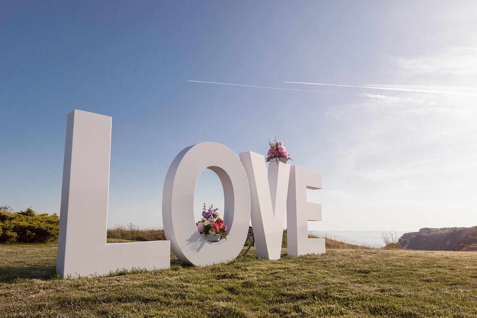 La palabra AMOR en grandes letras blancas. Signo del concepto de amor.