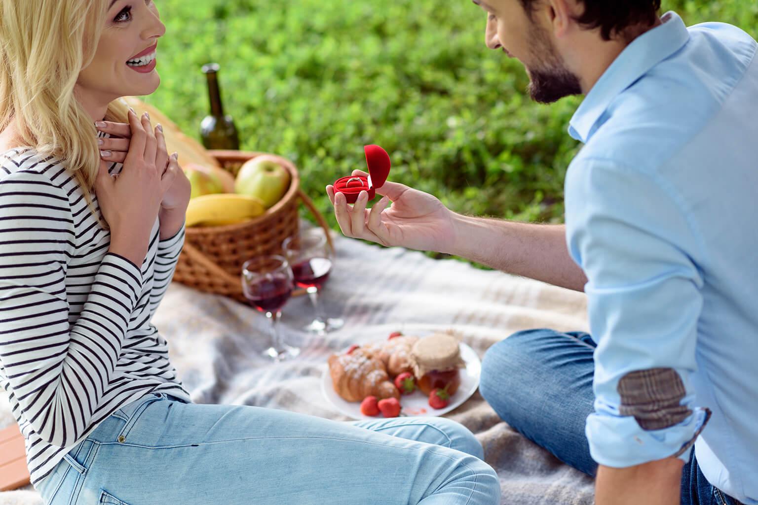 Chico feliz le propone matrimonio a su novia, mientras disfrutan de un picnic romántico, en una de las formas más originales de pedir matrimonio