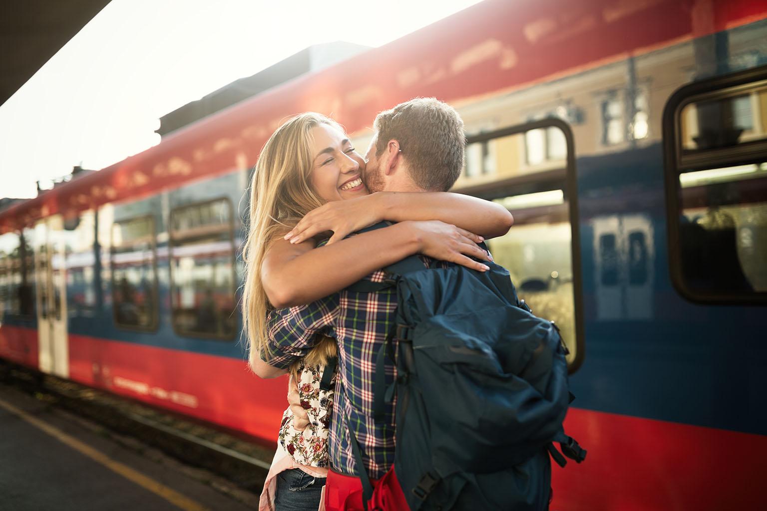 pareja enamorada se encuentra en la estacion de tren