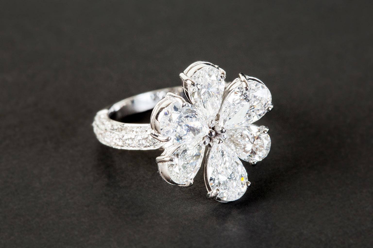 Uno de los anillos de compromiso más bonitos y originales en forma de flor, repleto de diamantes