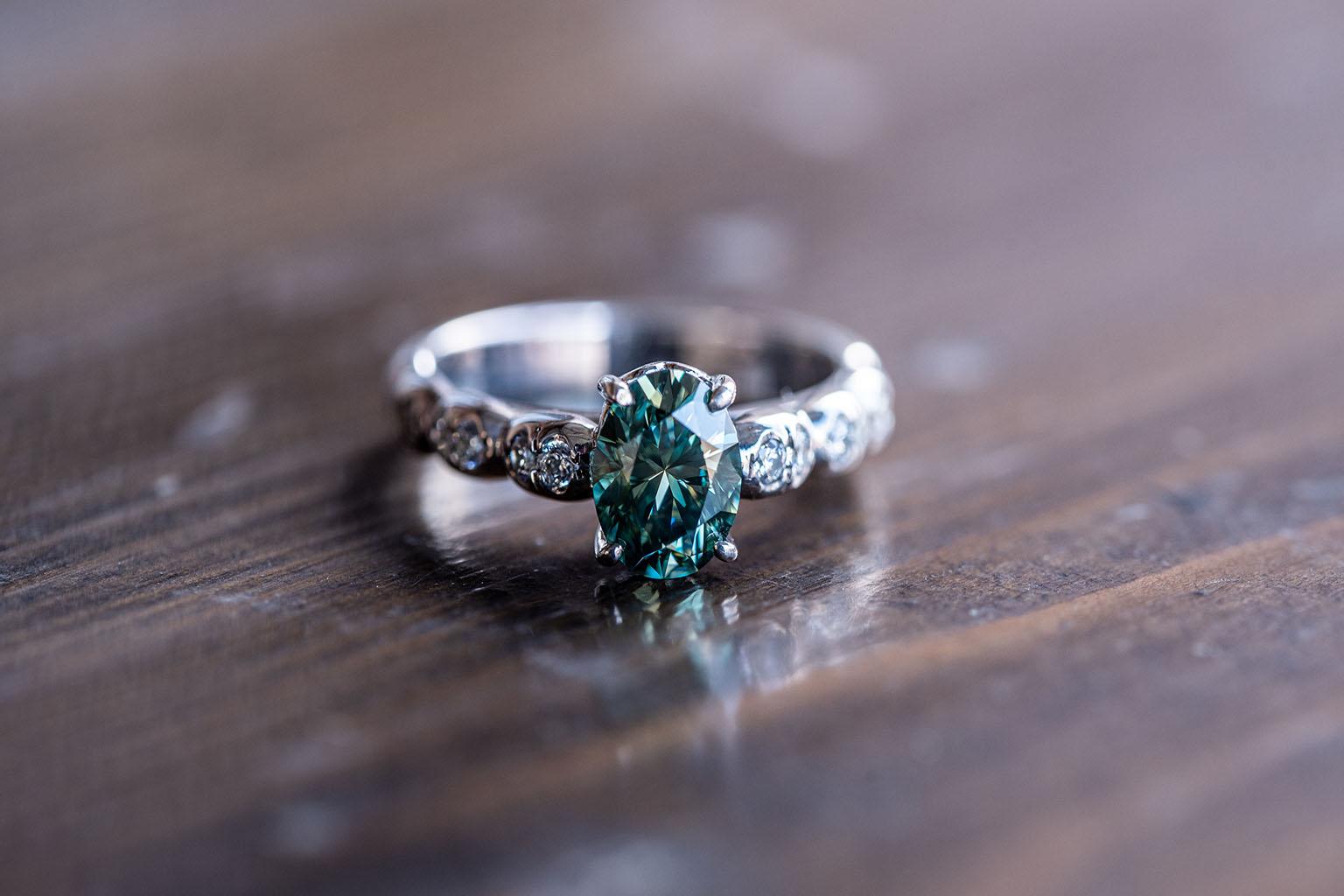 Una de las alianzas de compromiso más espectaculares , hecha de plata y diamantes a su alrededor con una gran esmeralda central. La piedra por excelencia de la faraona cleopatra