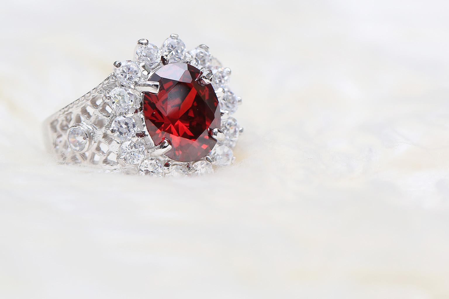 Zafiro grande en espectacular anillo rodeado de diamantes pequeños, uno de las anillos de compromiso más bonitos con el que conquistar a cualquier pareja