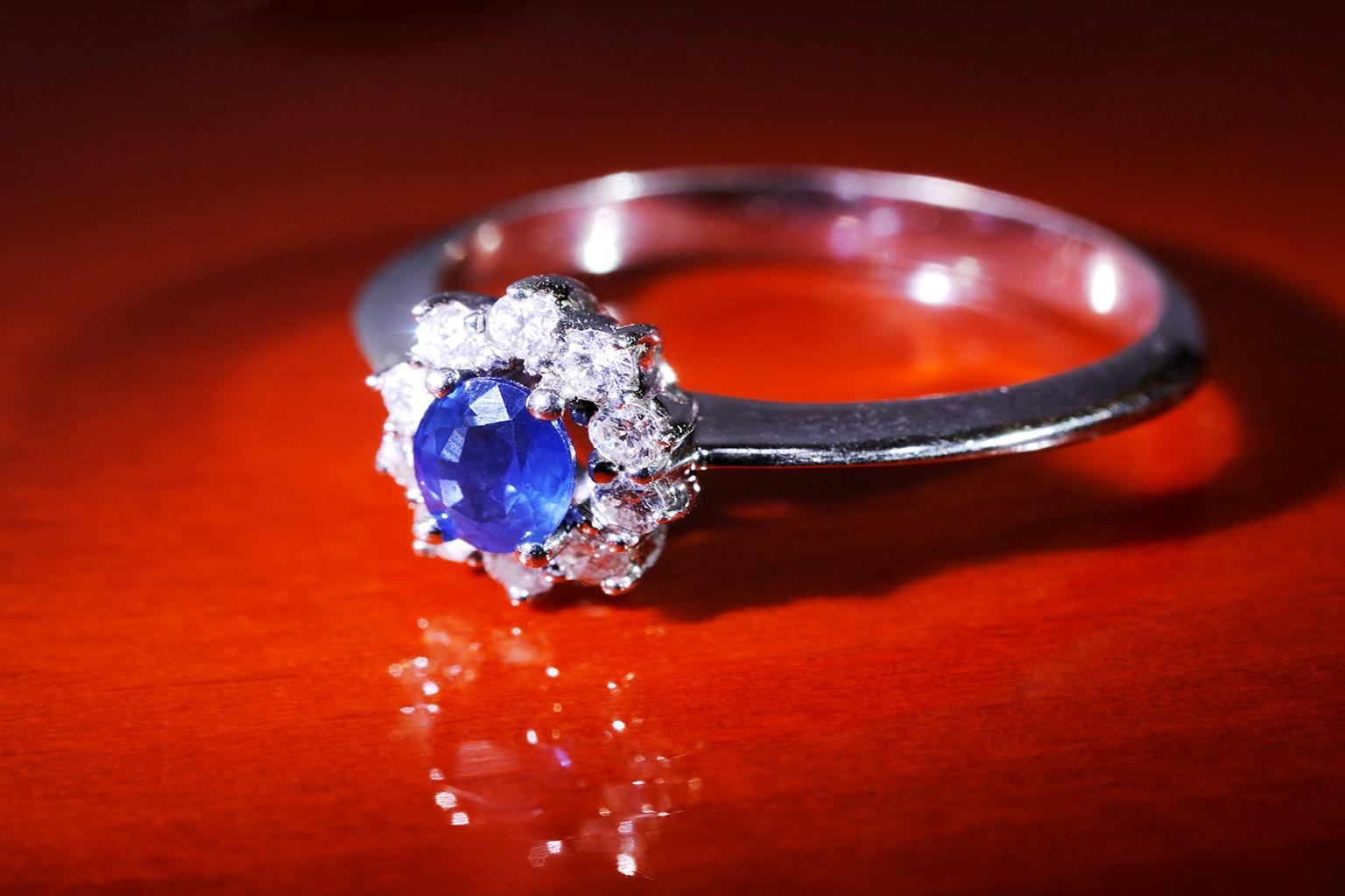 Alianza con zafiro central rodeada de diamantes en forma de flor, una de las sortijas de compromiso más demandadas por cualquier pareja enamorada