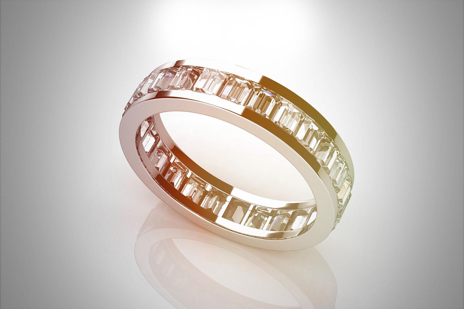 Uno de los anillos de compromiso más espectaculares y brillantes, anillo de plata con cristales preciosos delimitando todo su contorno interior