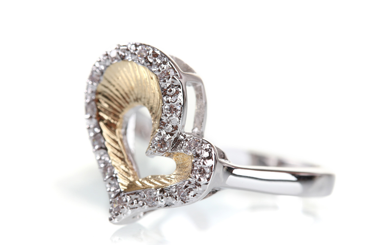 Alianza de plata en forma de corazón grande con hueco central delimitando el corazón, una de las sortijas de compromiso más bonitas con la que declararse.