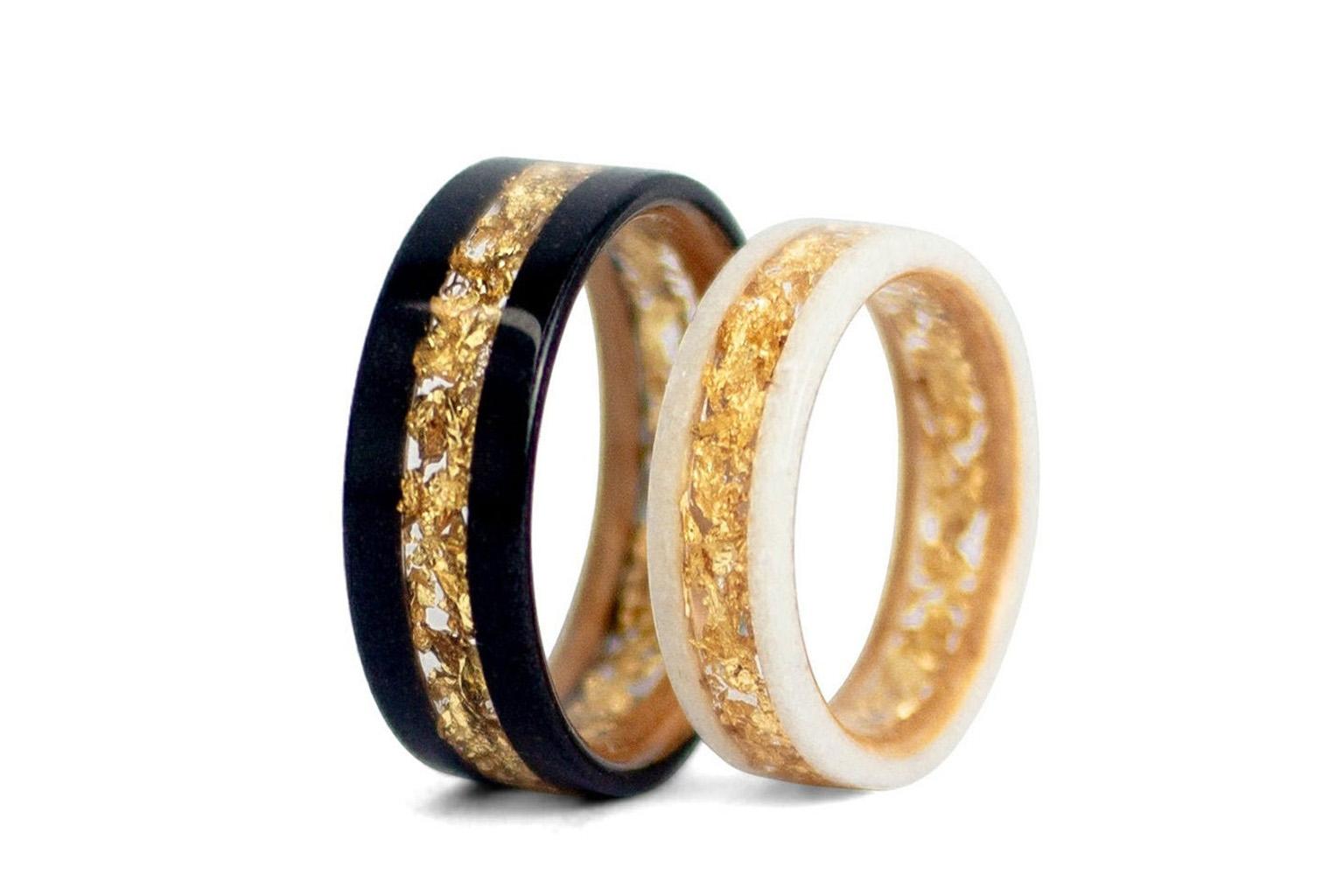 Anillos de pedida blanco y negro, con incrustaciones de oro en el centro.