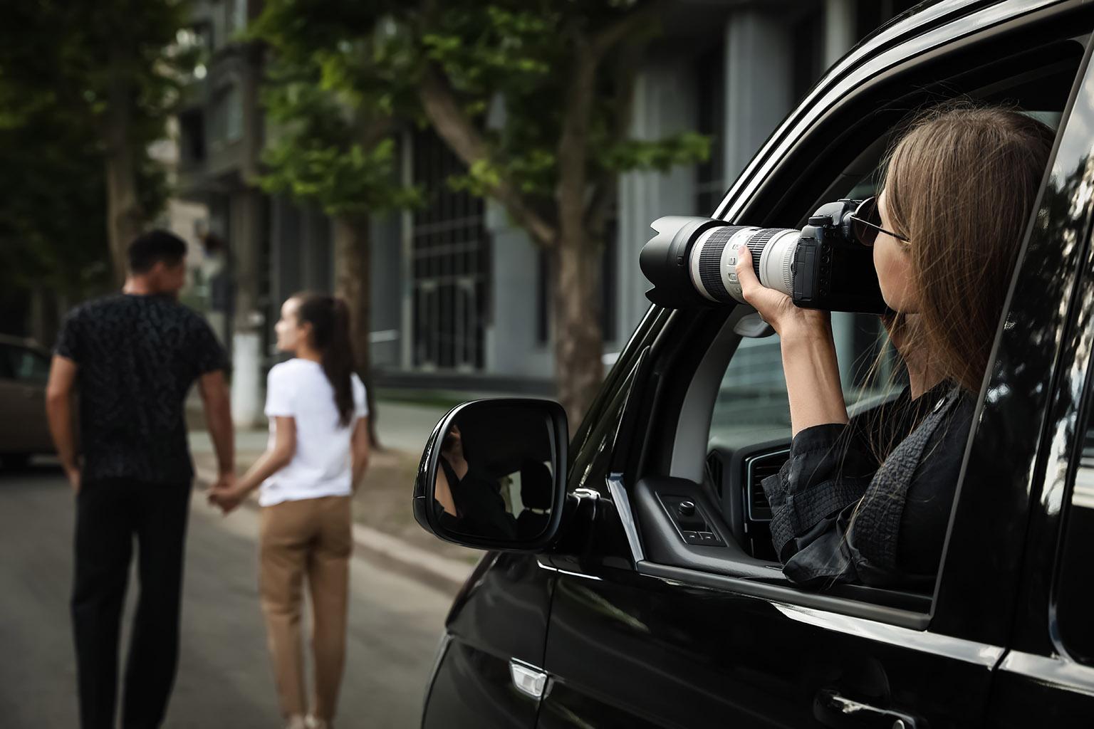 Paparazzi siguiendo a una pareja en su coche, esperando el gran momento para fotografiar en secreto, una de las pedidas de matrimonio más bonitas en la ciudad.