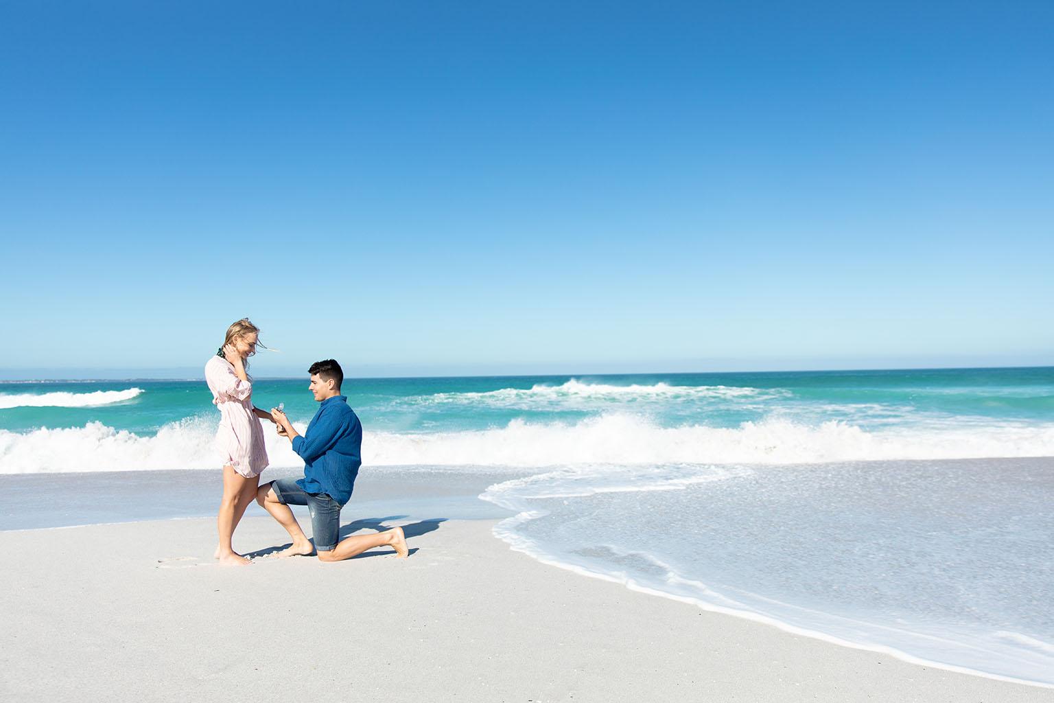Pareja realiza una de las Pedidas de matrimonio más espectaculares, justo en la orilla en la Playa de Muro, en Palma de Mallorca