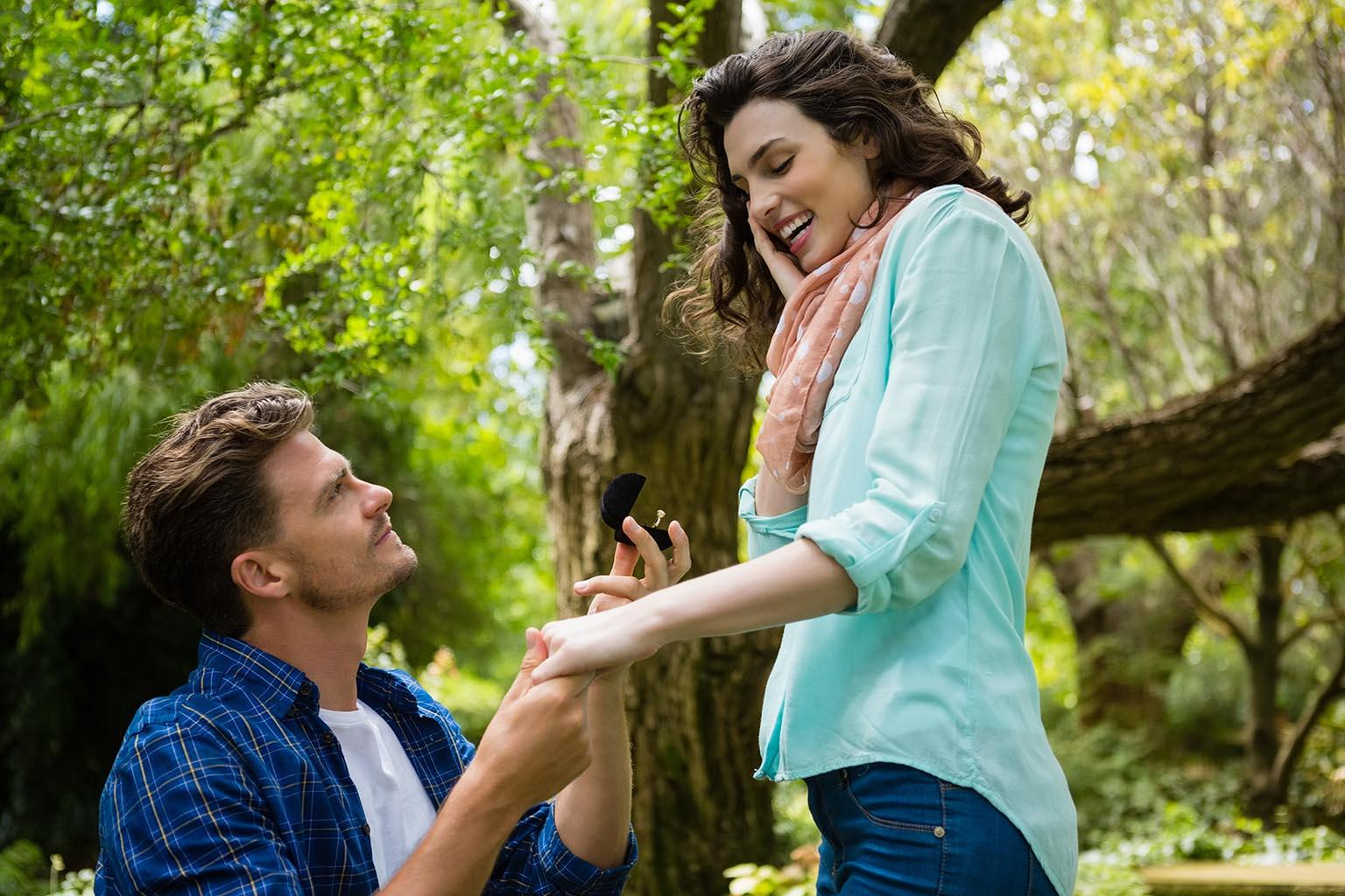 Pareja realiza una de las pedidas de mano más bonitas en un parque repleto de tirolinas y fauna donde la gente se lo pasa bien